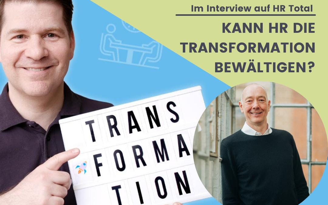 """Christoph Athanas mit Schild """"Transformation"""" in der Hand zusammen mit Ralf Hocke"""